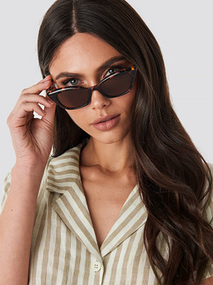 Solglasögon - NA-KD Accessories Slim Pointy Cat Eye Sunglasses brun