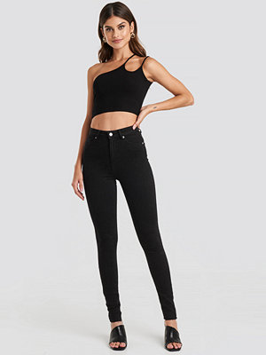 NA-KD Skinny High Waist Raw Hem Jeans Tall svart