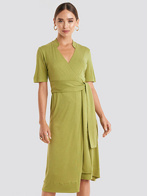 NA-KD Wrap Jersey Midi Dress grön