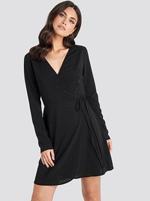 NA-KD Overlap Dress svart