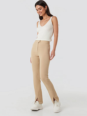 NA-KD Front Slit Suit Pants beige byxor