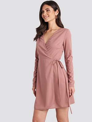 NA-KD Overlap Dress rosa