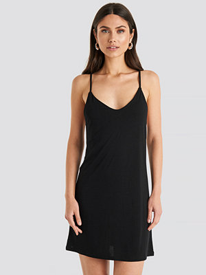NA-KD Cami Shift Dress svart