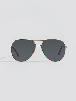 NA-KD Accessories Oversize Wire Frame Sunglasses svart guld
