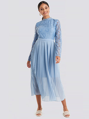 NA-KD Boho Crochet Detail Pleated Dress blå