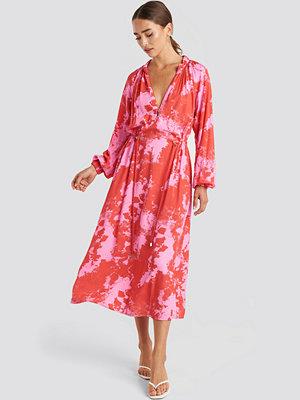 NA-KD Trend Tie Dye Balloon Sleeve Midi Dress rosa röd