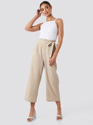 NA-KD omönstrade byxor Paperwaist Self-Tie Pant beige