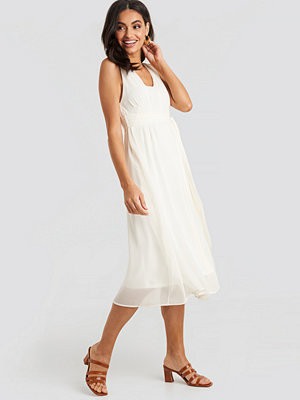 NA-KD Belted Chiffon Midi Dress vit