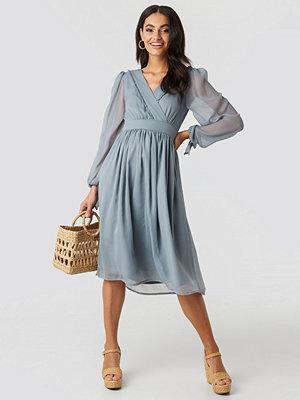 NA-KD Boho Tie Sleeve Waistband Midi Dress blå