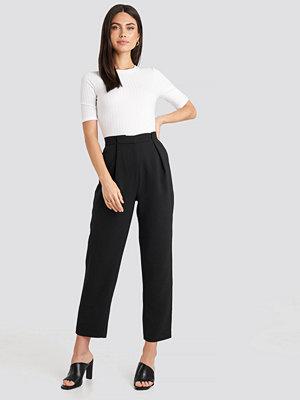 NA-KD Classic svarta byxor Gathered Waist Suit Pants svart