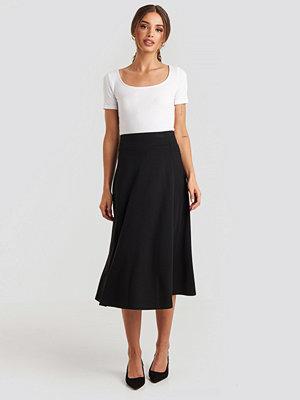 NA-KD Trend Crepes Line Midi Skirt svart