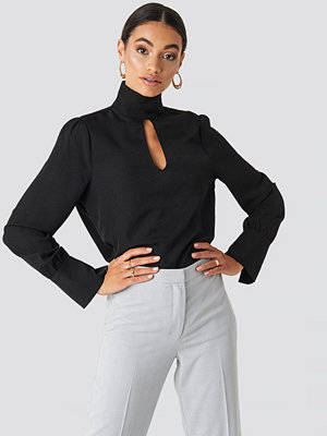 NA-KD Classic Cut Out Front Blouse svart