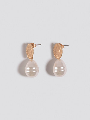 NA-KD Accessories smycke Hammered Plate Pearl Drop Earrings silver