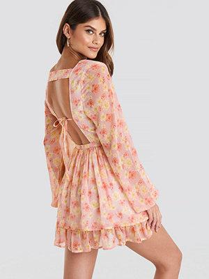 Paulinye x NA-KD Open Back V-neck Dress rosa