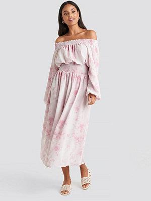 NA-KD Trend Tie Dye Off Shoulder Midi Dress rosa