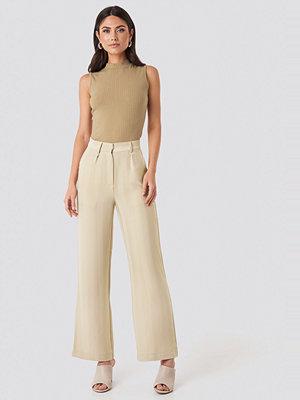 NA-KD omönstrade byxor Striped Wide Trousers beige