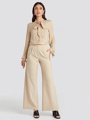 Nicole Mazzocato x NA-KD omönstrade byxor Flared Suit Pants beige