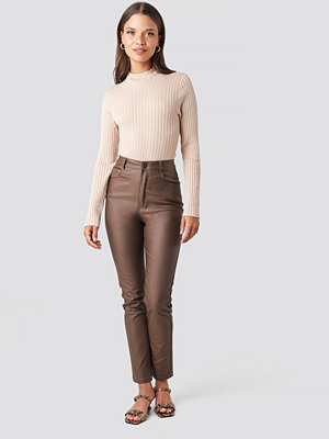 NA-KD Trend omönstrade byxor Coated Cotton Pants brun