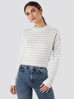 NA-KD Striped Round Neck Knitted Sweater vit grå