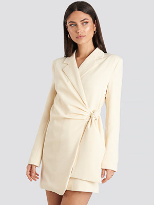 Festklänningar - NA-KD Classic Tie Waist Blazer Dress vit beige