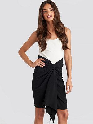 NA-KD Party Front Twist Skirt svart