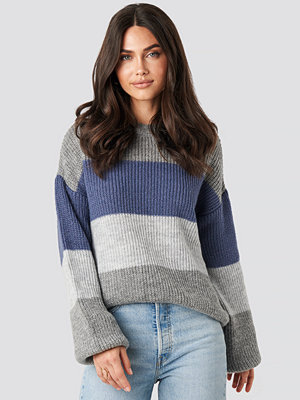 NA-KD Color Striped Balloon Sleeve Knitted Sweater grå blå multicolor