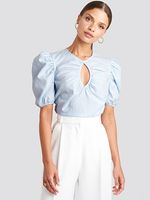 NA-KD Trend Short Puff Sleeve Keyhole Front Blouse blå