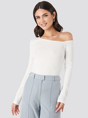 NA-KD Trend Ribbed One Shoulder Long Sleeve Top vit
