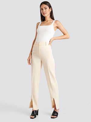 NA-KD Classic omönstrade byxor Front Slit Suit Trousers vit beige