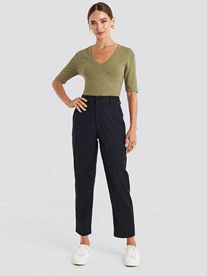 NA-KD Trend svarta byxor Ankle Suit Pants svart