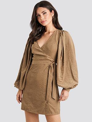 NA-KD Trend Puff Sleeve Tie Waist Dress brun