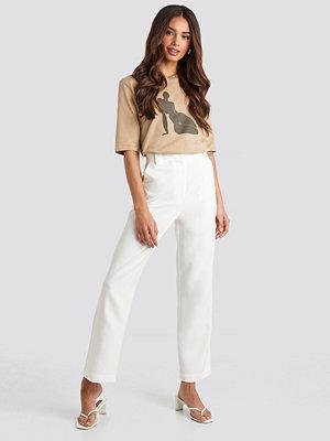 Josefine Simone x NA-KD vita byxor Straight Suit Pants vit