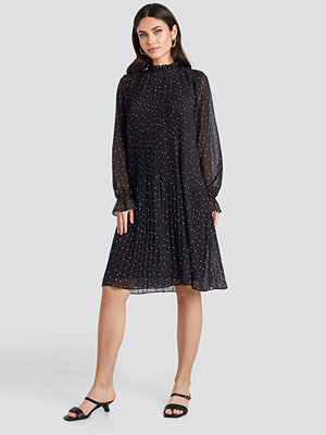 NA-KD Pleated Dotted Dress svart