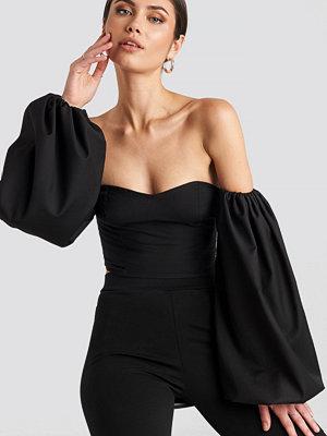 Nicole Mazzocato x NA-KD Off Shoulder Puff Sleeve Blouse svart