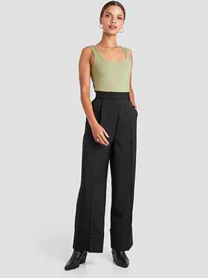 NA-KD Trend svarta byxor Folded Pants svart