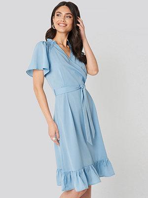 NA-KD Boho Smocked Shoulder Belted Frill Dress blå