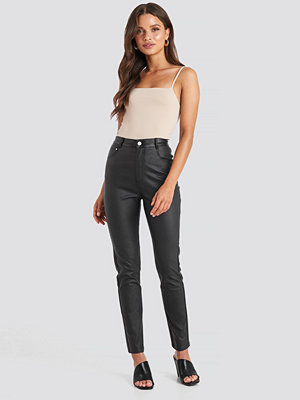 NA-KD Trend svarta byxor Coated Cotton Pants svart