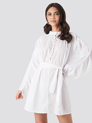 NA-KD Trend Gathered Sleeve Tied Waist Shirt vit