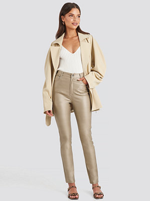 NA-KD Trend omönstrade byxor Coated Cotton Pants beige