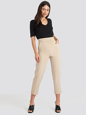 NA-KD Classic omönstrade byxor High Waist Cropped Suit Pants beige