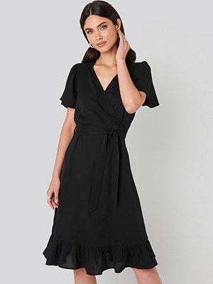 NA-KD Boho Smocked Shoulder Belted Frill Dress svart