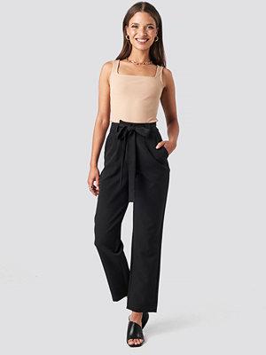 NA-KD svarta byxor Belted Pants svart