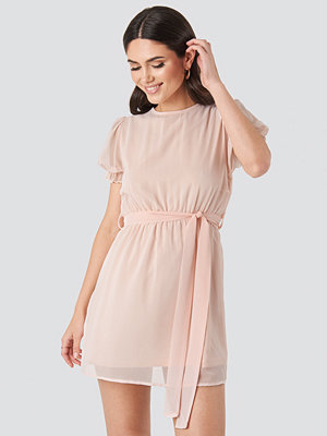 NA-KD Short Sleeve Chiffon Dress rosa