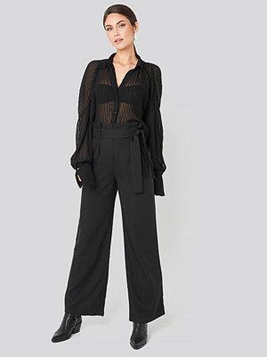 NA-KD Trend svarta byxor Belted Flared Pants svart