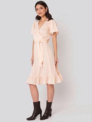 NA-KD Boho Smocked Shoulder Belted Frill Dress rosa