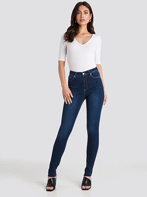 NA-KD Skinny High Waist Raw Hem Jeans Tall blå