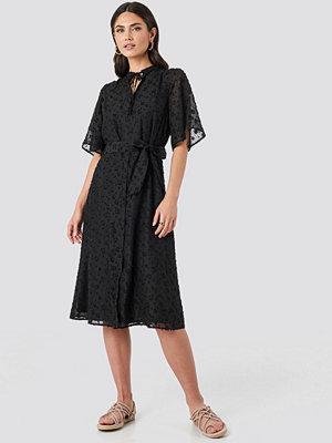 NA-KD Boho Open Back Structured Flowy Dress svart