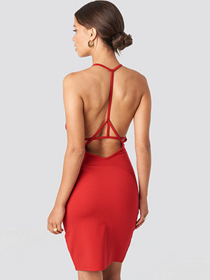 NA-KD Party Deep Cross Back Dress röd