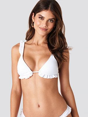 Gerda x NA-KD Frilled Triangle Bikini Top vit