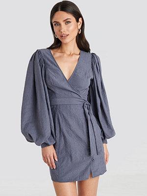 NA-KD Trend Puff Sleeve Tie Waist Dress blå